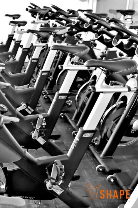 komm zum Indoor Cycling Kurs oder fahre auf der Cardio Fläche alleine